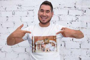 junger Vater mit T-Shirt Foto Druck zum selber bedrucken